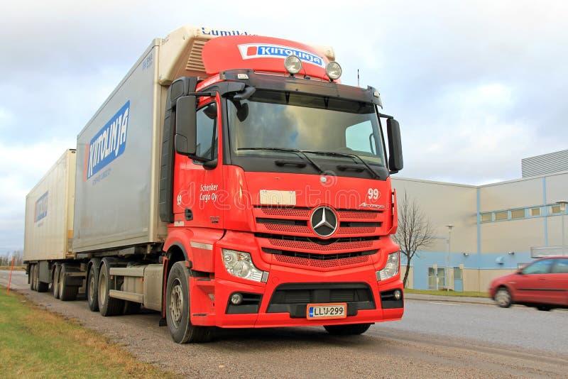 Mercedes-Benz Truck Trailer rouge sur la route photo stock