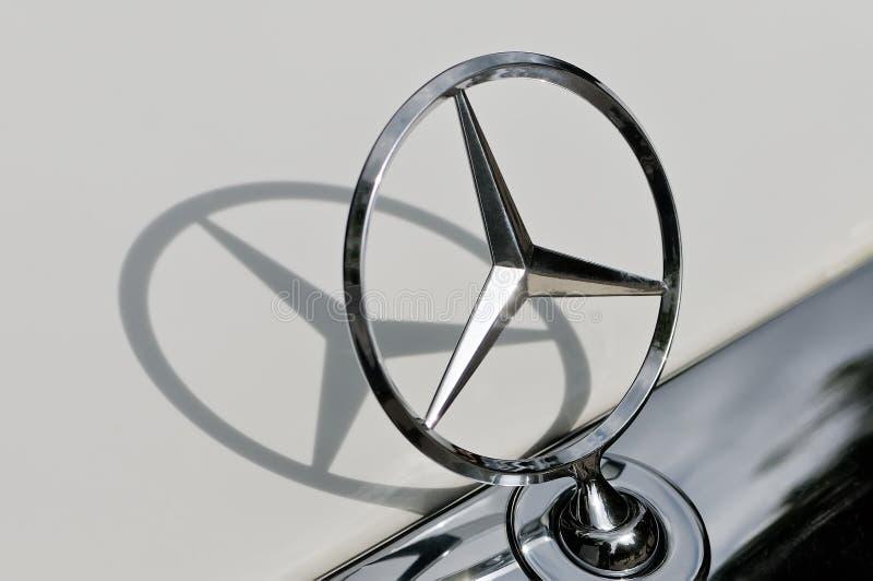 Mercedes Benz-Zeichen und sein Schattenabschluß oben lizenzfreies stockbild