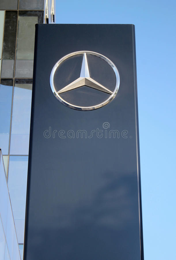 Mercedes-Benz-Zeichenmast in Hertzlija, Israel stockfotografie