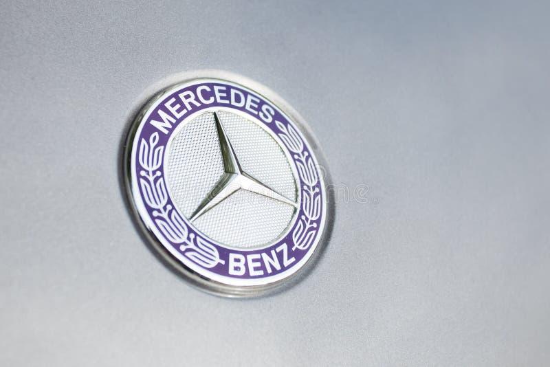 Mercedes benzlogo och emblem arkivbild