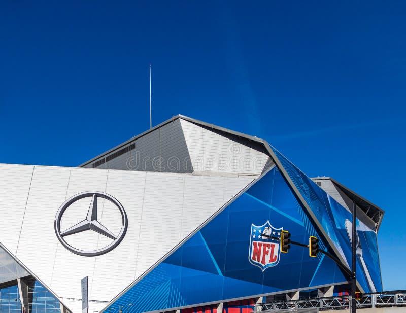 Mercedes en NFL-Emblemen op Stadion stock foto's
