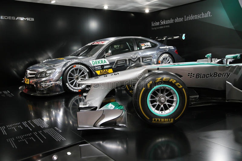 Mercedes F1 W04 und C-Coupé DTM AMG Mercedes lizenzfreie stockfotografie
