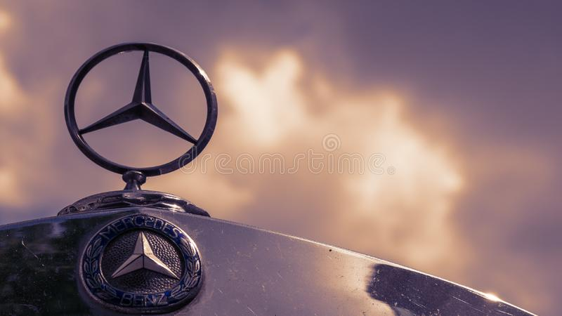 Mercedes Logo And Star On un cielo nublado de Mercedes Vintage Car Against A fotos de archivo libres de regalías
