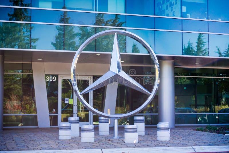 Mercedes simbolizza davanti ai loro uffici a San Francisco Bay del sud fotografia stock libera da diritti