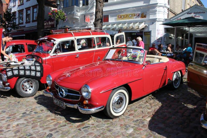 Mercedes 190 SL oldtimer bij een auto toont royalty-vrije stock afbeelding