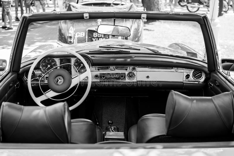 Mercedes SL280 vanaf 1971 op Jaarlijkse oldtimerauto toont Subotica 2015 royalty-vrije stock fotografie