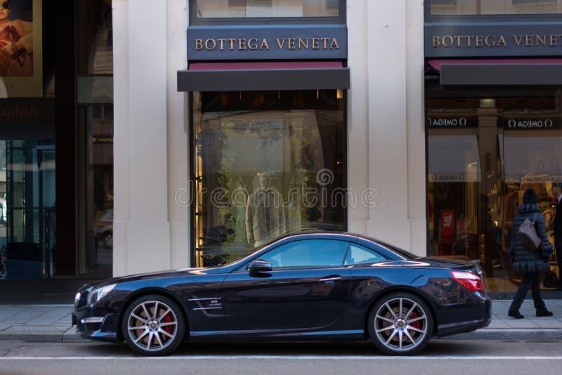 Mercedes V8 fora de Bottega Veneta Maximilianstraße luxuoso Munich Alemanha fotografia de stock royalty free