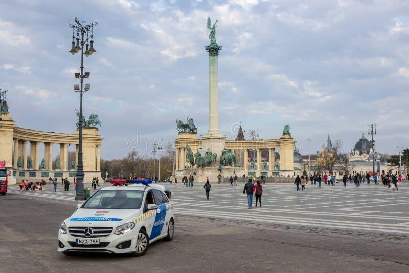 Mercedes van het Hongaarse patrouilleren van Politie-eenheidrendorseg voor Helden vierkante Hosok Tere, hoofd toeristische aantre royalty-vrije stock afbeeldingen