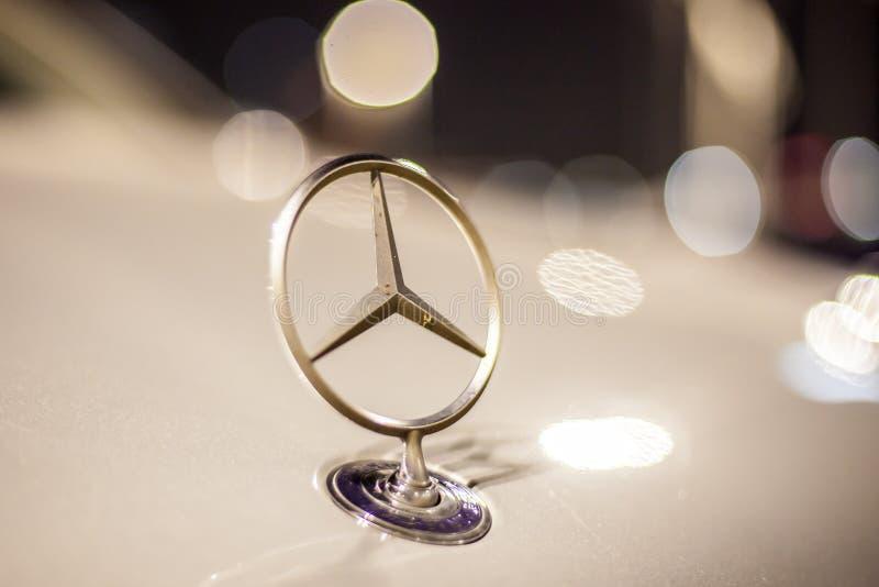 Mercedez Benz gwiazda na samochodzie obrazy royalty free
