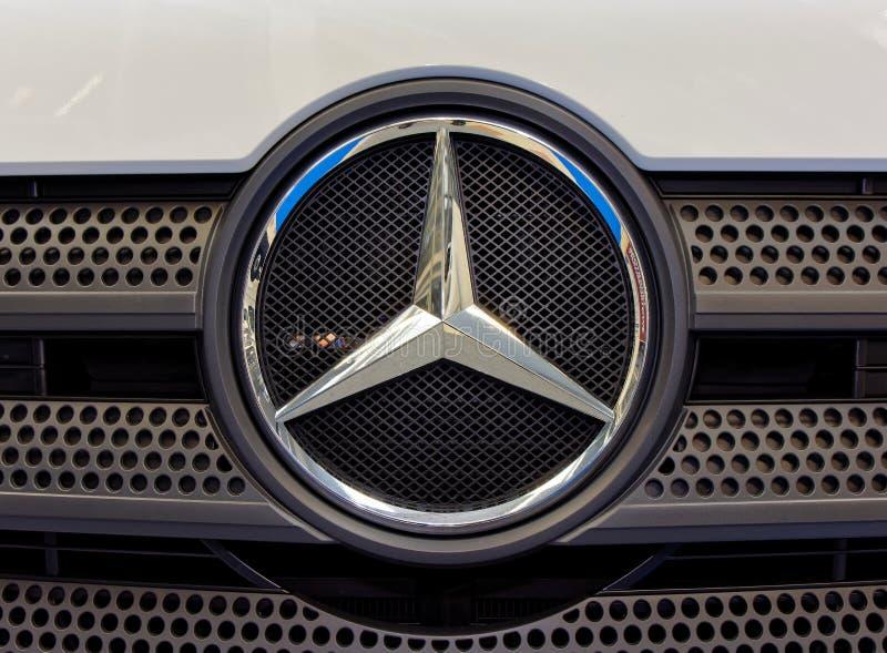 Mercedez Benz logo i nowożytna odznaka fotografia royalty free