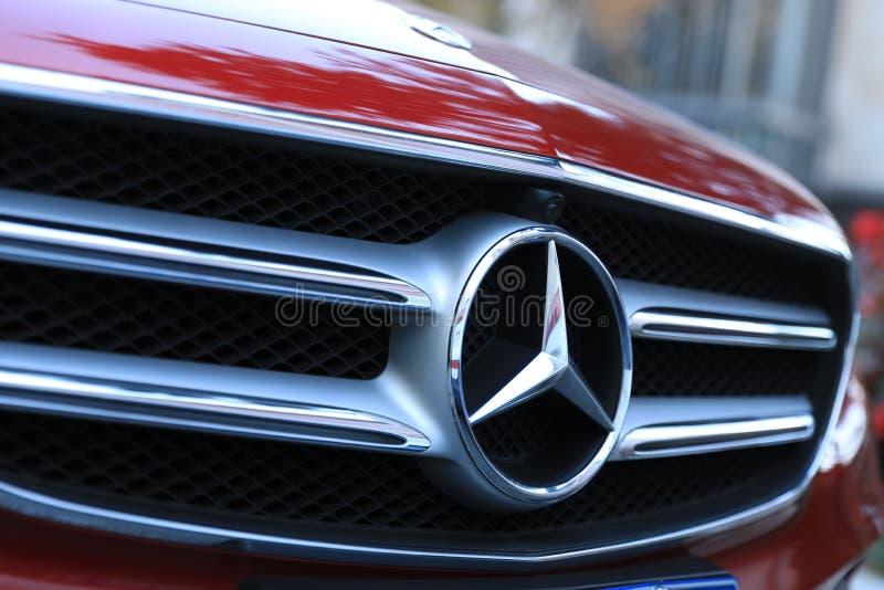 Mercedez Benz logo na samochodzie obrazy royalty free