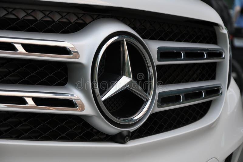 Mercedez Benz samochodowy logo na chromu Mercedez Benz grillu zdjęcia royalty free
