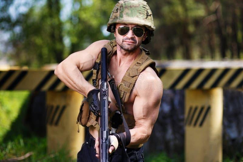 Mercenaire avec la mitraillette visant la cible image libre de droits