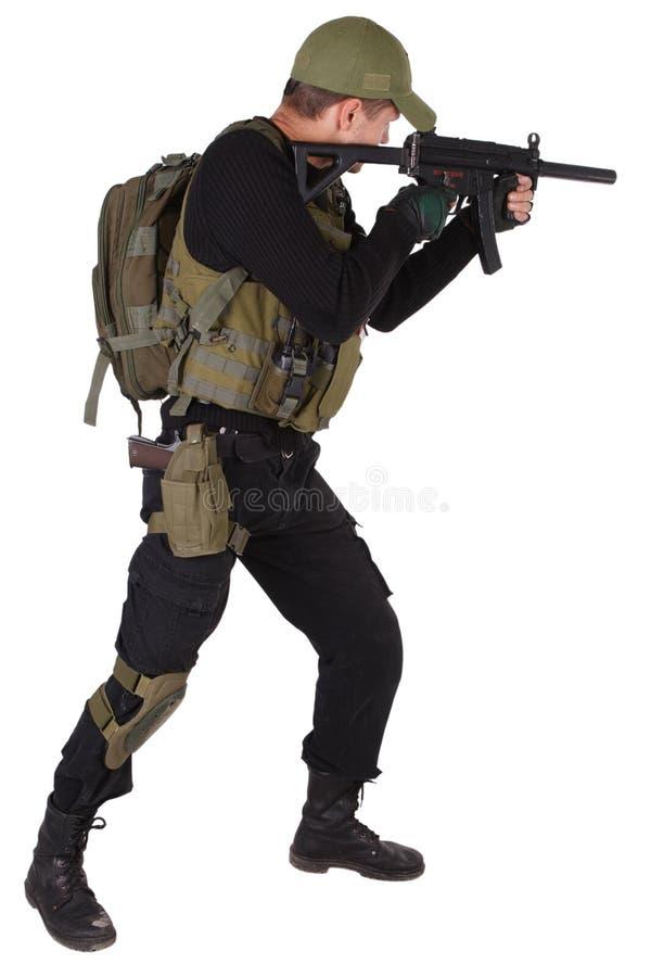 Mercenario militar privado del contratista con el subfusil ametrallador mp5 aislado en blanco imagenes de archivo
