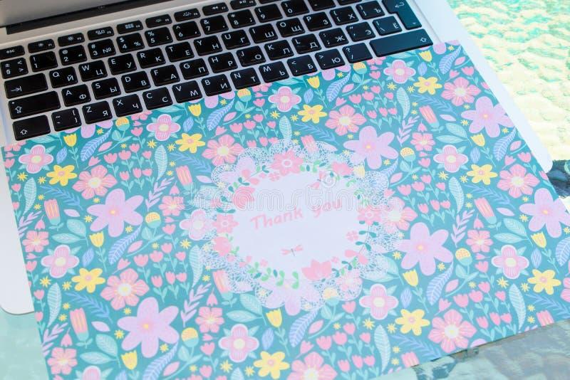 Merci carte se reposant sur un clavier d'ordinateur, vous remercient en ligne photo stock