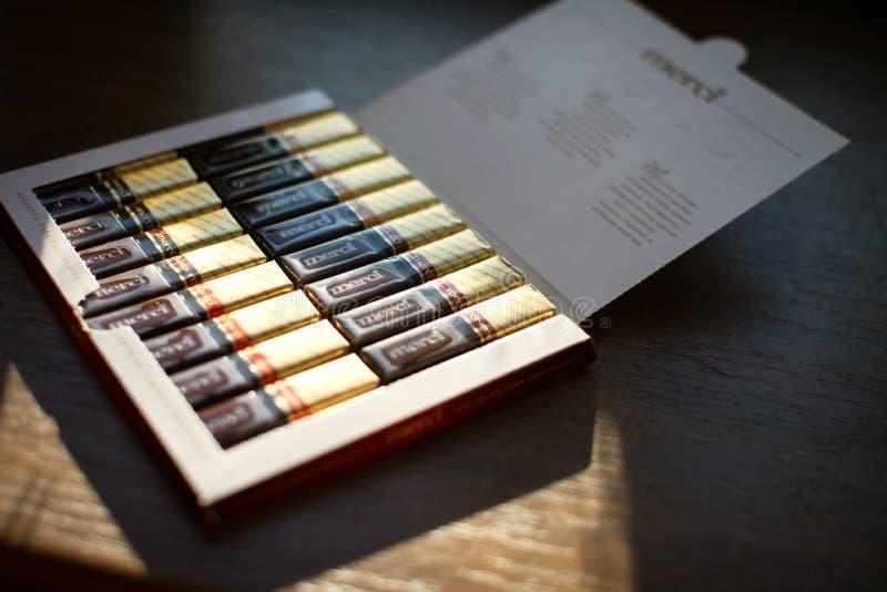 Merci choklad - märke av chokladgodisen som tillverkas av det tyska företaget August Storck som säljs i mer än 70 länder royaltyfri fotografi