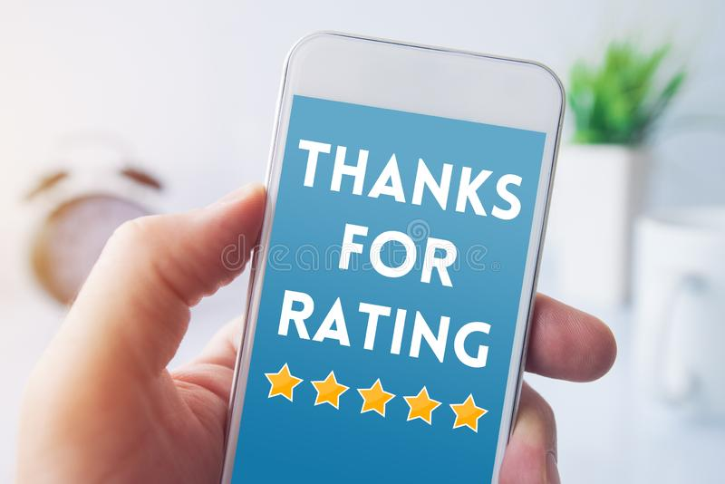 Merci pour message de évaluation sur l'écran de smartphone images libres de droits