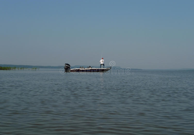 Mercury Pro XS en el barco de pesca con el pescador desconocido imágenes de archivo libres de regalías