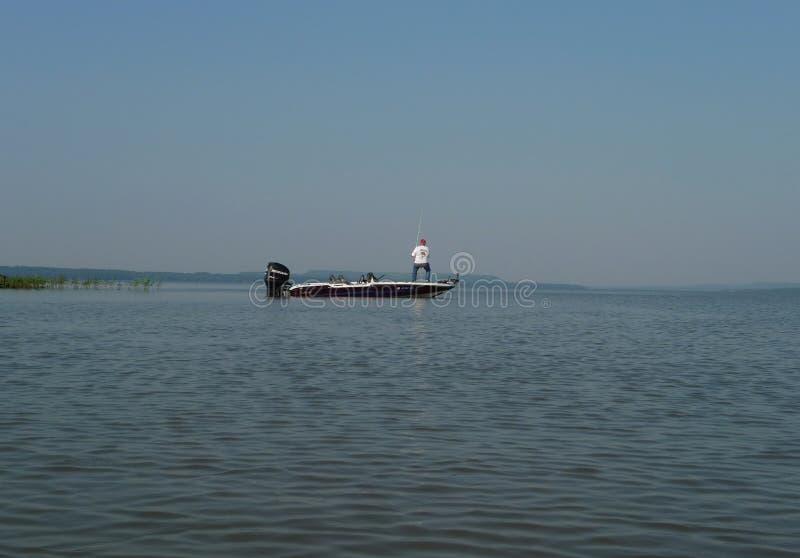 Mercury Pro XS na łodzi rybackiej z niewiadomym rybakiem obrazy royalty free
