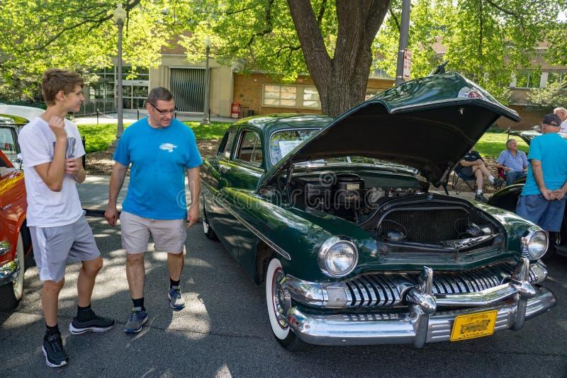 1951 Mercury Sport Sedan verde fotografia de stock royalty free