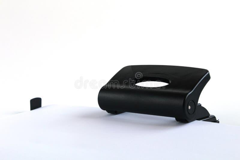 Merde de papier dans le perforateur de trou Perforateur noir de bureau d'isolement sur le blanc images stock