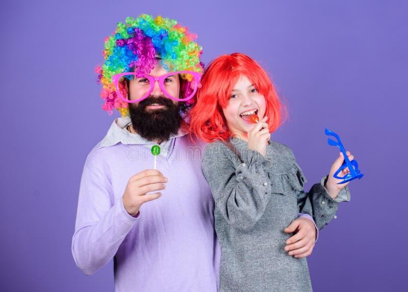Merecemos una celebración Familia feliz que celebra cumpleaños Padre e hija en pelucas del estilo del partido Feliz cumpleaños foto de archivo libre de regalías