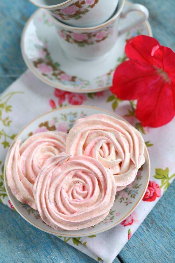 Merengues bajo la forma de rosas fotos de archivo libres de regalías