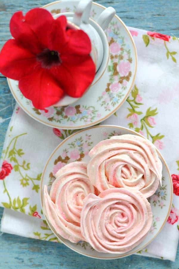 Merengues bajo la forma de rosas imagen de archivo