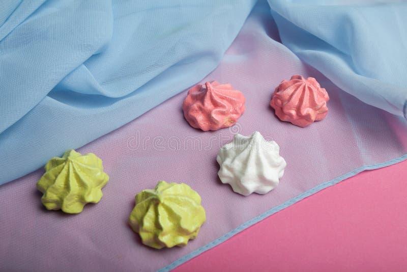 Merengues curruscantes frescos con amor en un fondo rosado imagen de archivo libre de regalías