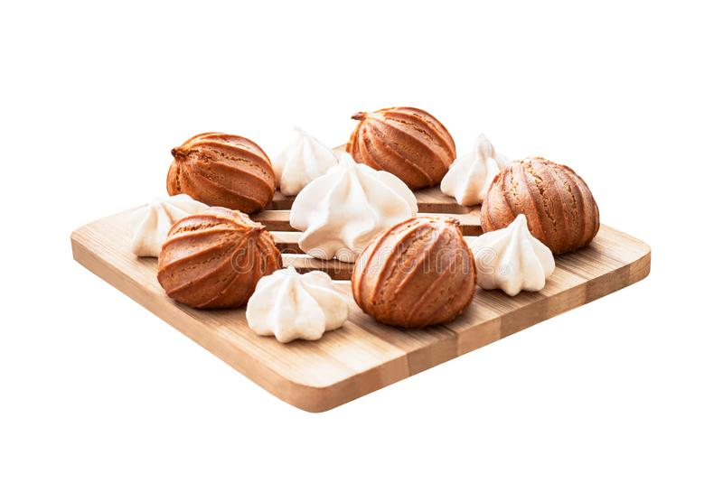Merengues e bolos isolados no branco foto de stock