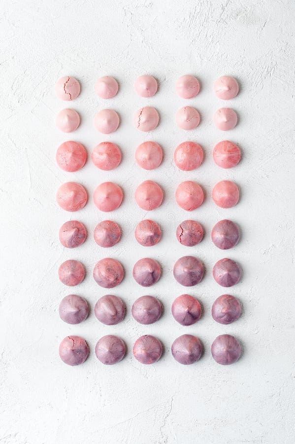 Merengues multicolores de la fresa y del arándano en s violeta-rosado fotos de archivo