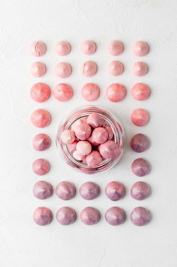 Merengues multicolores en colores púrpura-rosados en un tarro de cristal en a fotografía de archivo libre de regalías