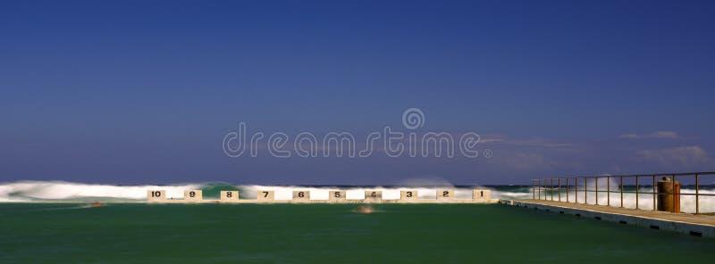 Merewither oceanu sk?pania blisko Newcastle, NSW, Australia zdjęcia stock