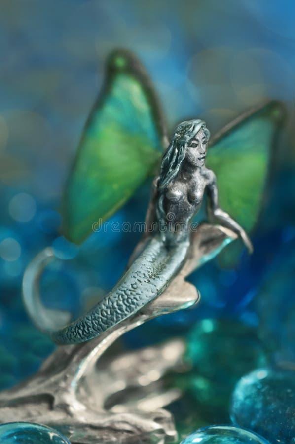 Merfairy med vingar i statyettform arkivfoto