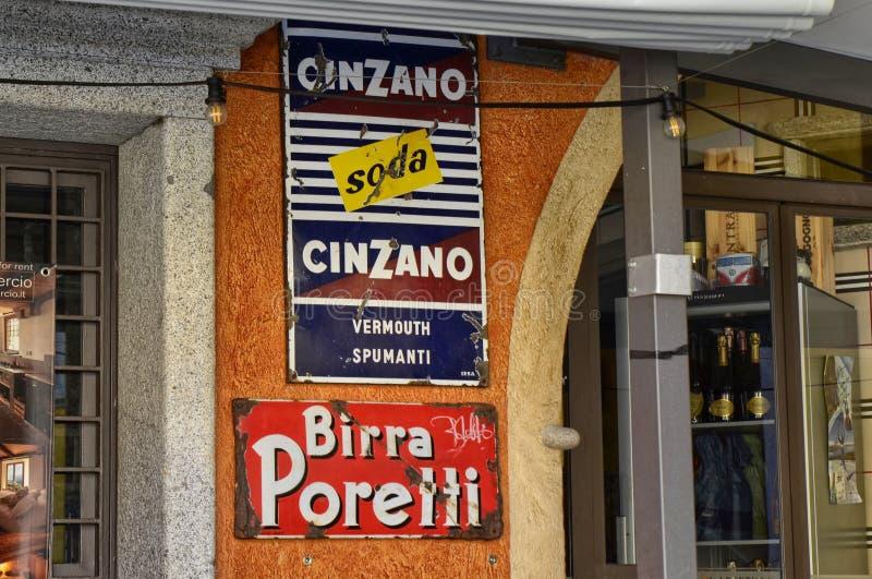 Mergozzo, Piedmont, Itália Em março de 2019 Uma adega nas proximidades do lago apresenta sinais do vintage imagens de stock