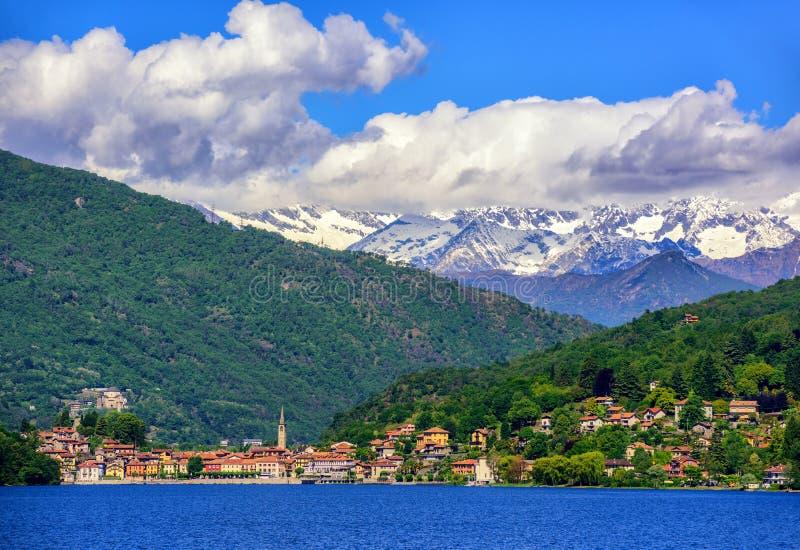 Mergozzostad, Lago Maggiore en Alpen, Italië stock afbeelding