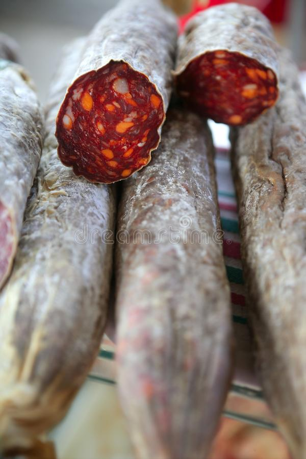 Merguez rosse curate nel servizio mediterraneo fotografia stock