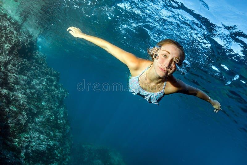 Mergulhador bonito louro da sereia subaquático fotos de stock royalty free