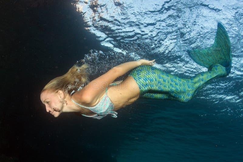 Mergulhador bonito louro da sereia subaquático foto de stock