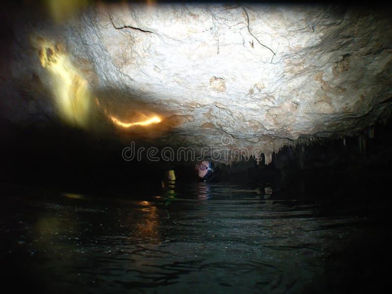Mergulhador da caverna fotografia de stock