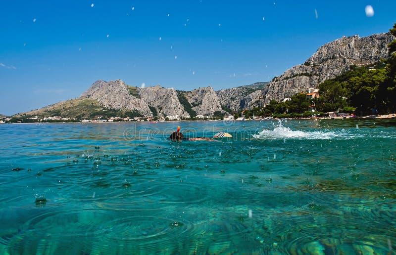 Mergulhador da criança, tubo de respiração fotografia de stock royalty free
