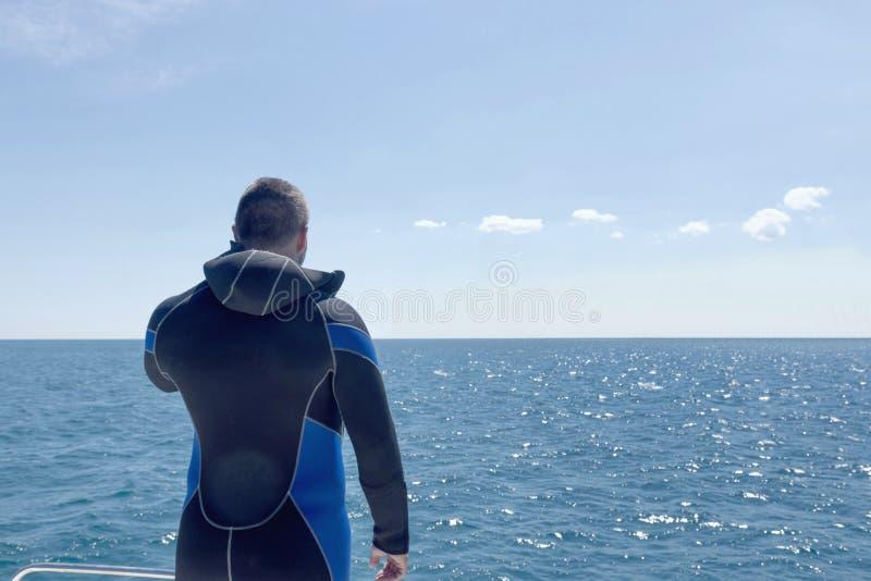 Mergulhador de mergulhador antes de mergulhar Água aberta imagens de stock
