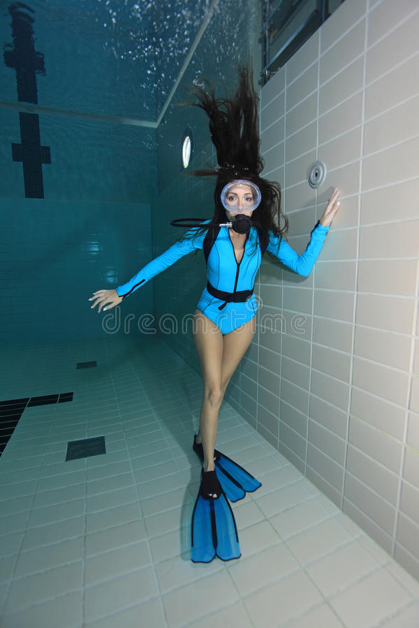 Mergulhador de mergulhador fêmea com terno do lycra fotografia de stock royalty free