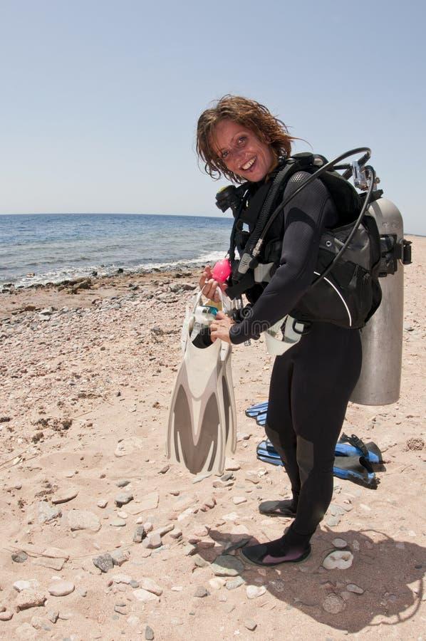 Mergulhador de mergulhador fêmea na praia imagens de stock royalty free