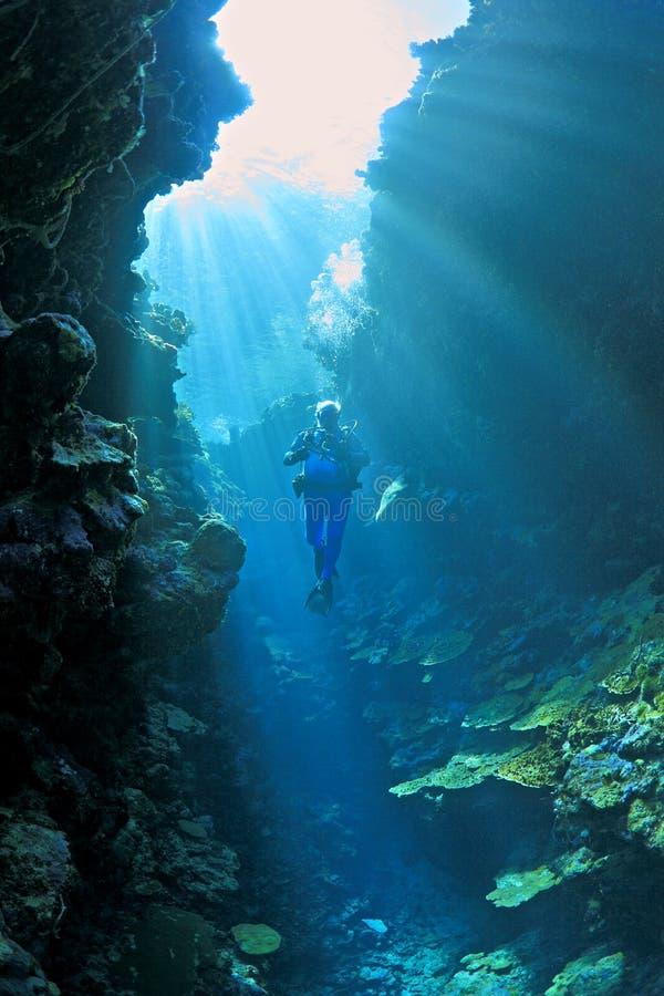 Mergulhador de mergulhador nos raios de sol foto de stock royalty free