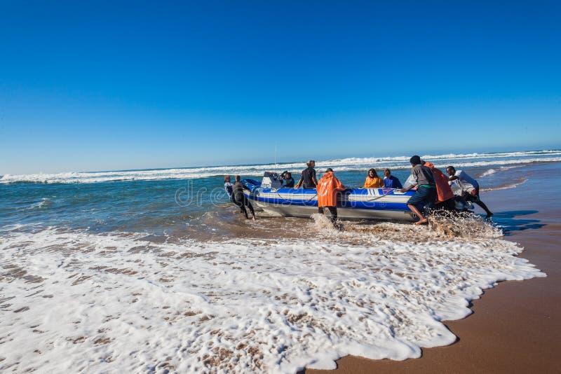 Mergulhador Dive Boat Beach Launch imagem de stock