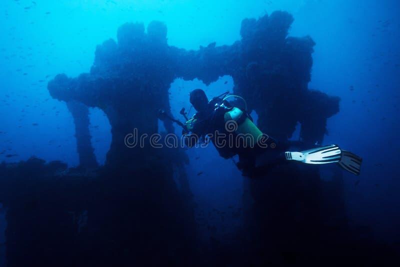 Mergulhador do fotógrafo que toma uma imagem de uma destruição fotografia de stock