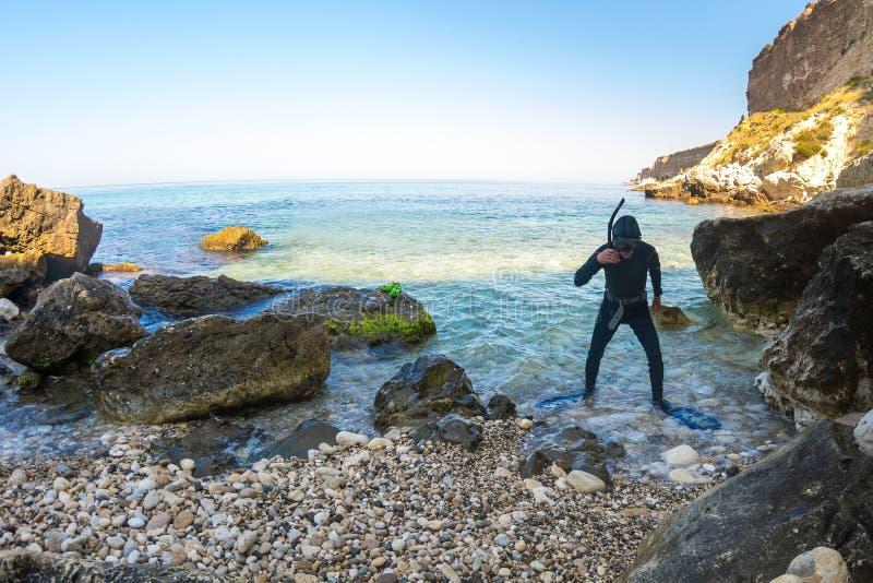 Mergulhador em um terno de mergulho fotografia de stock royalty free