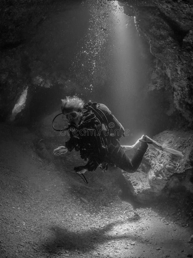 Mergulhador fêmea na caverna, recife de Formiche imagem de stock
