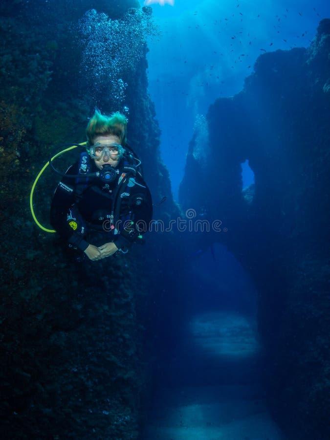 Mergulhador fêmea no recife de Formiche, entre Procida e Iscia foto de stock